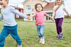 Niños felices que juegan al aire libre imagen de archivo libre de regalías