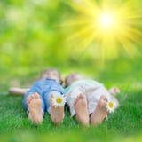 Niños felices que juegan al aire libre foto de archivo libre de regalías