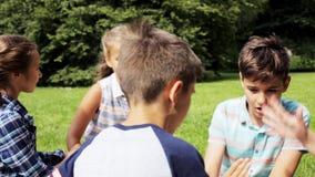 Niños felices que juegan al juego del piedra papel o tijera almacen de video