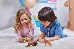 Niños felices que juegan con entusiasmo en nersury fotografía de archivo libre de regalías