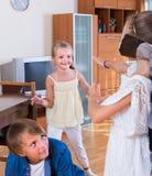 Niños felices que juegan con la venda Imagenes de archivo