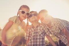 Niños felices que juegan en el campo en el tiempo del día Foto de archivo libre de regalías