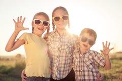 Niños felices que juegan en el campo en el tiempo del día Fotografía de archivo libre de regalías
