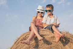 Niños felices que juegan en el parque en el tiempo del día Imagen de archivo