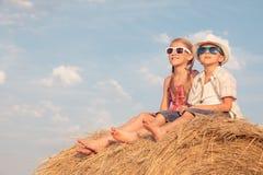 Niños felices que juegan en el parque en el tiempo del día Fotografía de archivo libre de regalías