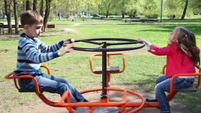 Niños felices que juegan en el patio metrajes