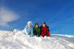 Niños felices que juegan en nieve Imagen de archivo libre de regalías