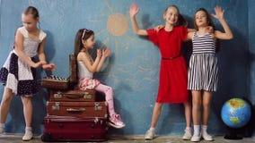 Niños felices que juegan viaje almacen de metraje de vídeo