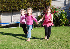 Niños felices que juegan y que corren Fotos de archivo