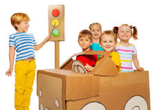 Niños felices que juegan y que estudian código del tráfico foto de archivo