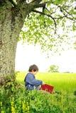 Niños felices que leen el libro imágenes de archivo libres de regalías