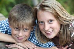 Niños felices que mienten en hierba verde Foto de archivo libre de regalías