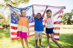 Niños felices que muestran la bandera de los E.E.U.U. Imagenes de archivo