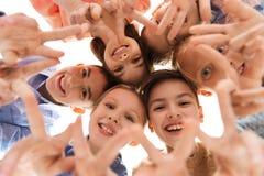 Niños felices que muestran la muestra de la mano de la paz Imagen de archivo libre de regalías