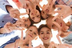 Niños felices que muestran la muestra de la mano de la paz Fotografía de archivo