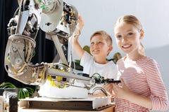 Niños felices que participan en la construcción del robot Imagenes de archivo