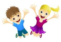Niños felices que saltan en el aire