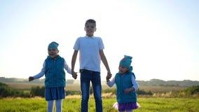 Niños felices que saltan, riendo y sonriendo en el parque Diversión al aire libre metrajes