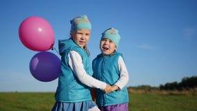 Niños felices que saltan, riendo y sonriendo en el parque Diversión al aire libre almacen de metraje de vídeo