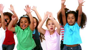 Niños felices que saltan todo alrededor almacen de video