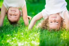 Niños felices que se colocan upside-down Foto de archivo libre de regalías