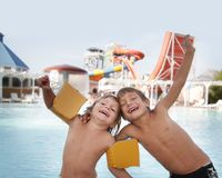 Niños felices que se divierten en parque del agua del aqua Imágenes de archivo libres de regalías