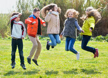 Niños felices que se divierten y que saltan para arriba Foto de archivo