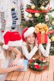 Niños felices que se preparan para la celebración del Año Nuevo y de la Navidad Fotos de archivo libres de regalías