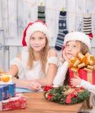 Niños felices que se preparan para la celebración del Año Nuevo y de la Navidad Imagen de archivo