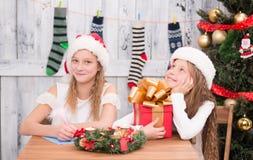 Niños felices que se preparan para la celebración del Año Nuevo y de la Navidad Fotografía de archivo