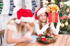 Niños felices que se preparan para la celebración del Año Nuevo y de la Navidad Imágenes de archivo libres de regalías