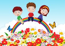 Niños felices que se sientan en el arco iris sobre fondo de la flor Fotografía de archivo