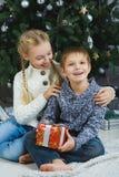 Niños felices que sostienen los regalos El esperar Fotografía de archivo