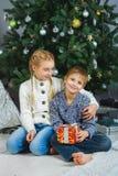 Niños felices que sostienen los regalos El esperar Foto de archivo libre de regalías