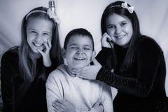 Niños felices - retrato blanco y negro del estudio imagen de archivo libre de regalías