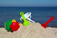 Niños fijados para jugar en la arena Foto de archivo libre de regalías
