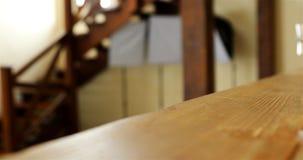 Niños funcionados con a lo largo de las escaleras de madera de la esquina en una casa privada almacen de metraje de vídeo
