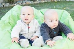 Niños gemelos que se sientan en Bean Bag Imagenes de archivo