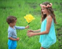 Niños, hermanos y hermana felices, muchacho de risa del adolescente Imagenes de archivo