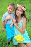 Niños, hermanos y hermana felices, muchacho de risa del adolescente Fotos de archivo libres de regalías