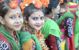 Niños hermosos de la muchacha vestidos para bailar y para celebrar holi en el verde del golf de Central Park, kolkata imagen de archivo libre de regalías