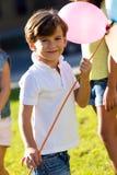 Niños hermosos que se divierten en el parque Imagenes de archivo