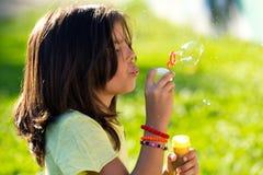 Niños hermosos que se divierten en el parque Foto de archivo