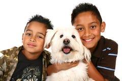 Niños hispánicos felices en blanco Foto de archivo