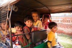 Niños indios felices que gozan de holi Imagen de archivo