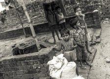 Niños indios jovenes en un pueblo rural pobre en la India Imágenes de archivo libres de regalías