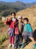 Niños inocentes en área de montaña Imagen de archivo libre de regalías