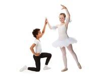 Niños interraciales que bailan junto Fotografía de archivo libre de regalías