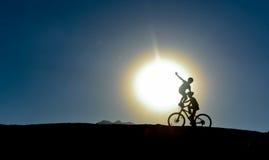 Niños inusuales en las bicis imagenes de archivo
