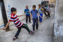 Niños iraníes que juegan al fútbol en un patio, Shiraz, Irán Foto de archivo libre de regalías